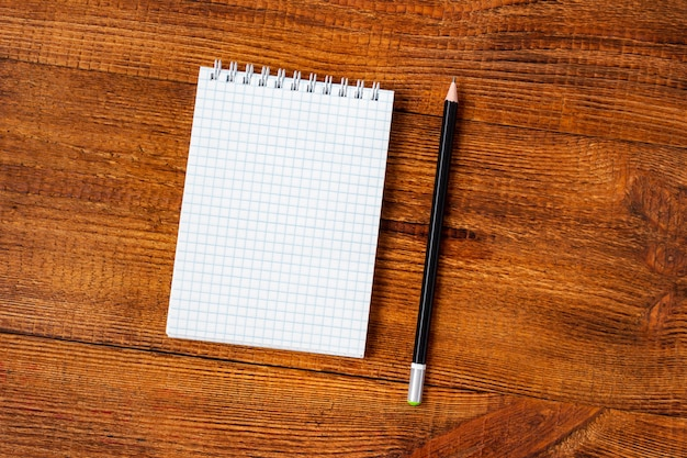 Composição com lápis colorido de página em branco do caderno, marcador e caneta. volta ao conceito de escola