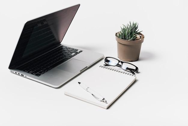 Composição com laptop e bloco de notas