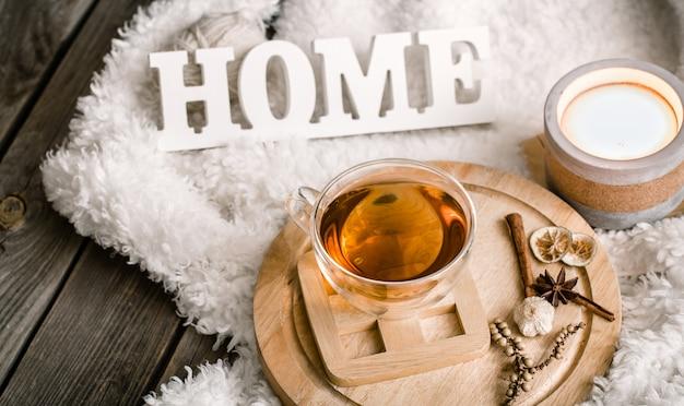 Composição com letras de madeira e uma xícara de chá