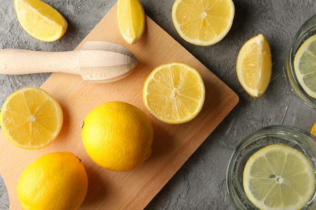 Composição com limonada e limões na mesa cinza