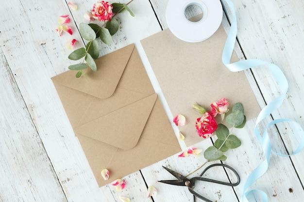 Composição com lindas flores e envelopes
