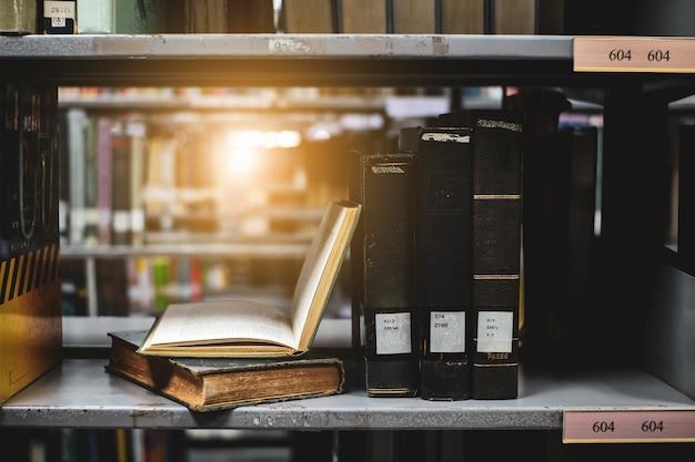 Composição com livros na estante de livros e livros