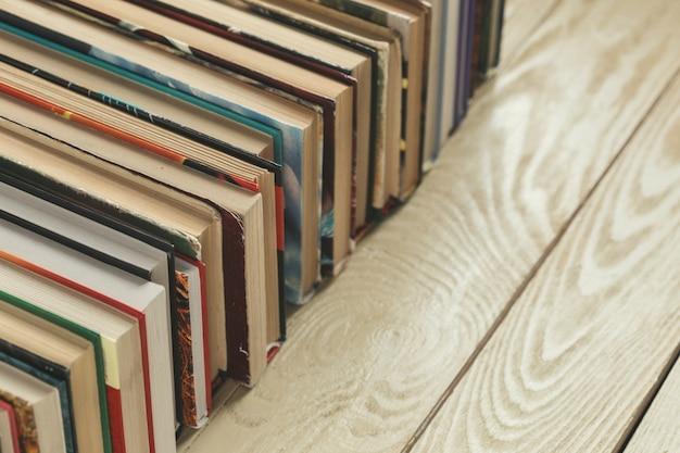 Composição com livros na mesa