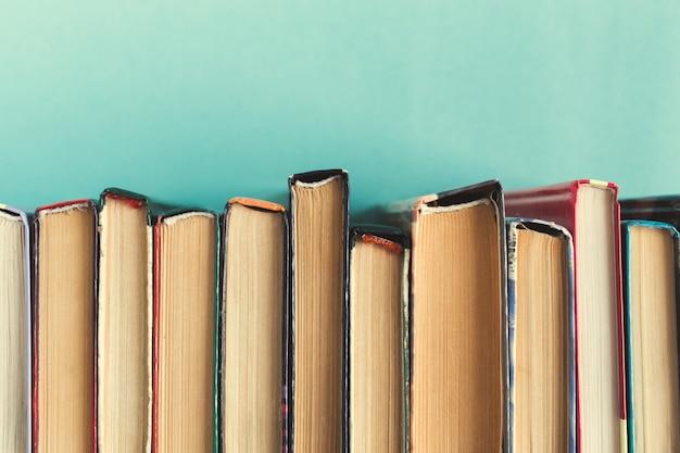 Composição com livros sobre a mesa
