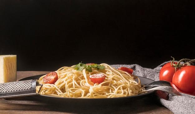 Composição com macarrão e tomate