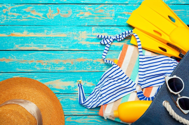 Composição com maiô na madeira azul