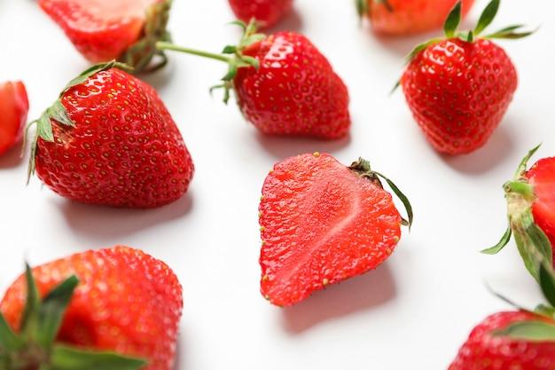 Composição com morangos na mesa branca, closeup. bagas e frutos doces de verão