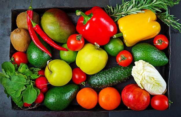 Composição com os vegetais e frutas orgânicos crus sortidos. dieta de desintoxicação.