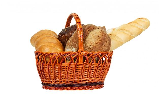 Composição com pão e pãezinhos na cesta de vime isolado no branco