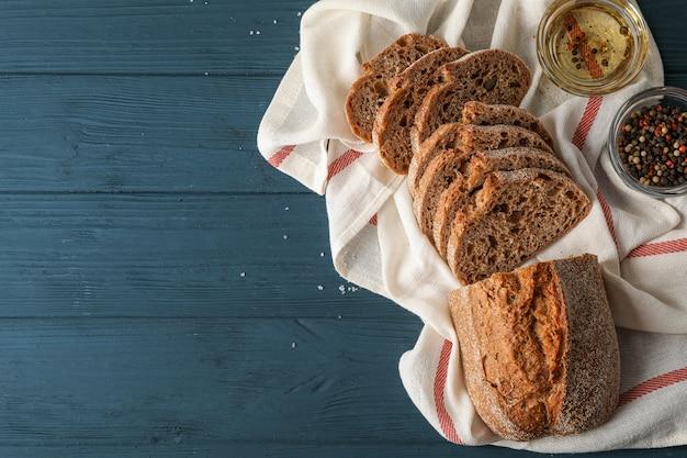 Composição com pão fresco no espaço de madeira, vista superior e espaço para texto