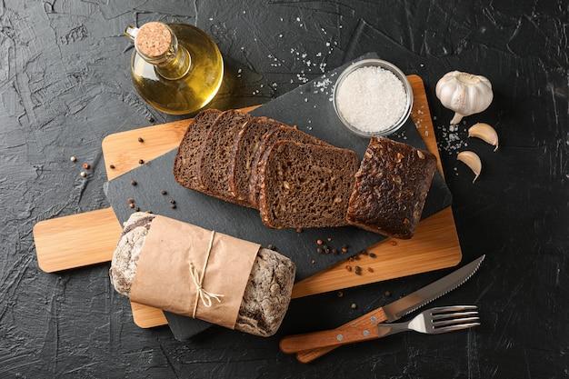 Composição com pão na tábua, espaço para texto e vista superior