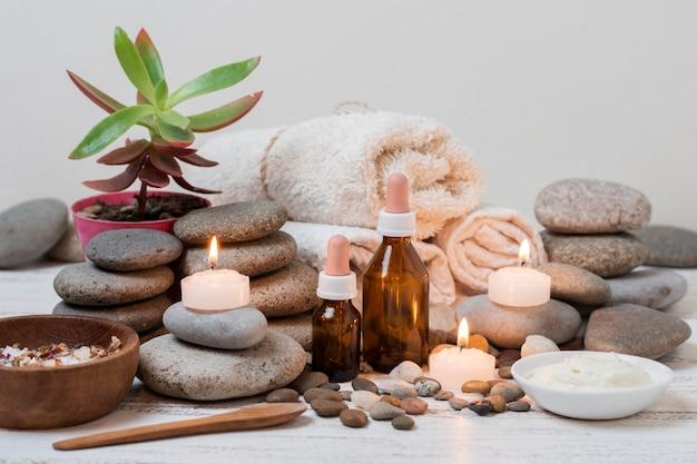 Composição com pedras spa e velas acesas