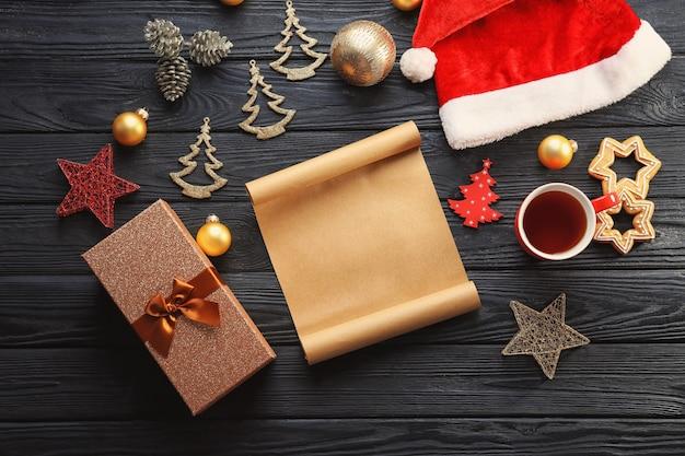 Composição com pergaminho e decoração de natal na mesa de madeira