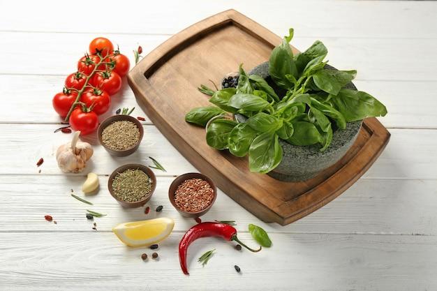 Composição com placa de madeira e ingredientes para cozinhar na mesa