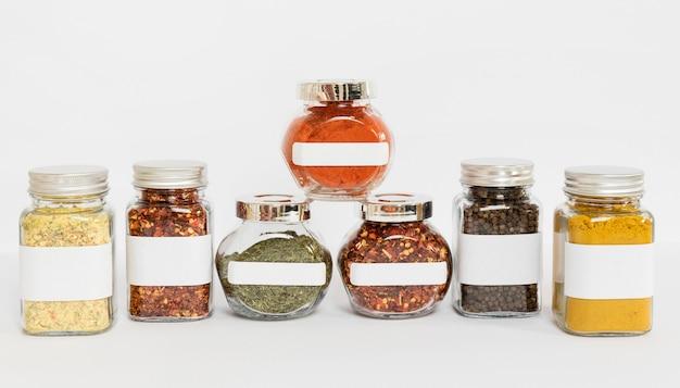 Composição com potes de especiarias rotulados