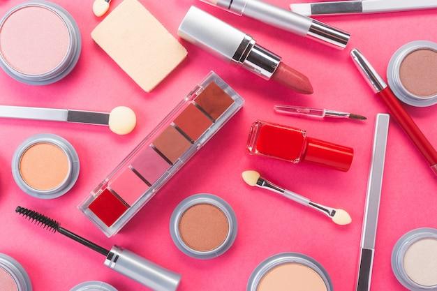 Composição com produtos de maquiagem diferentes, vista superior. produtos de beleza e conceito de moda.