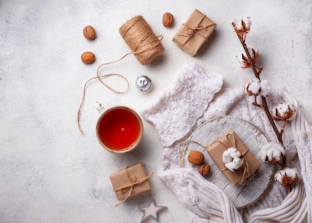 Composição com ramo de algodão e chá