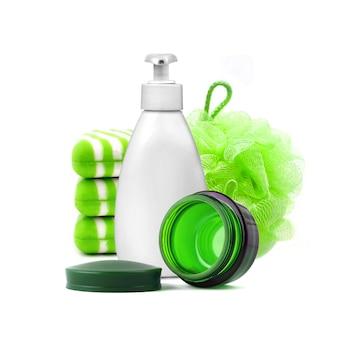 Composição com recipientes e objetos para banho e cuidados com a pele isolados