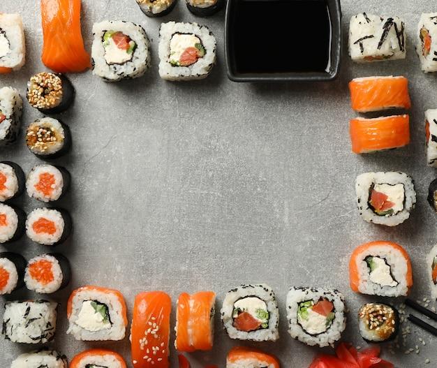 Composição com rolos de sushi na superfície cinza