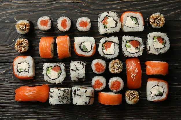 Composição com rolos de sushi na superfície de madeira. comida japonesa