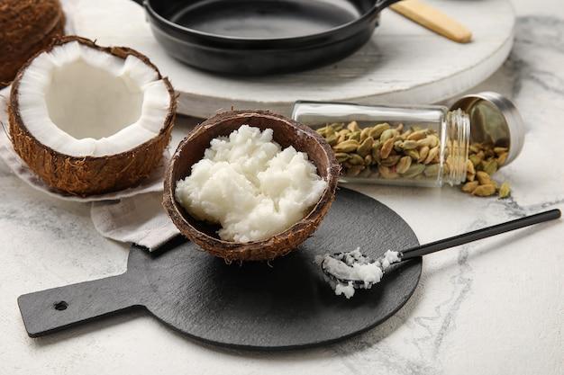 Composição com saboroso óleo de coco para cozinhar na luz