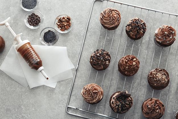 Composição com saborosos cupcakes de chocolate na mesa