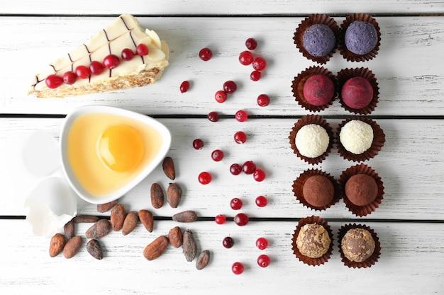 Composição com saborosos doces em fundo de madeira