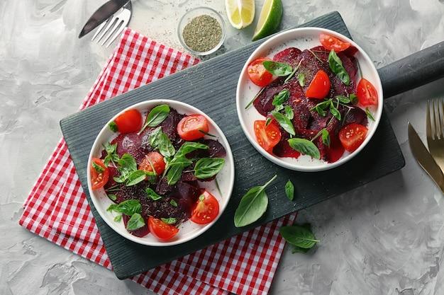 Composição com salada de beterraba fresca na mesa