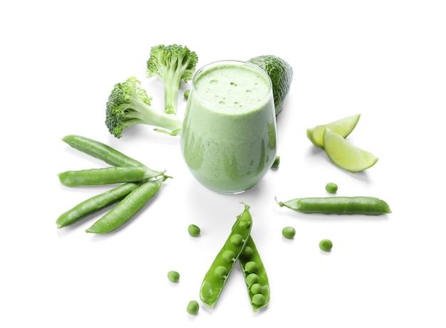 Composição com smoothie verde e vegetais frescos