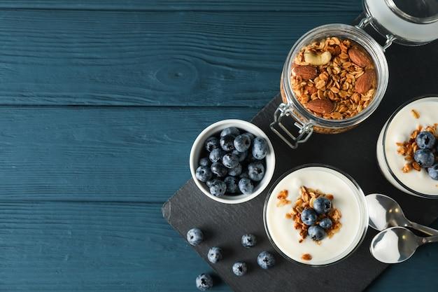 Composição com sobremesas parfaits sobre fundo azul de madeira,