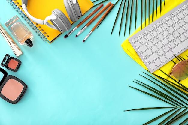 Composição com teclado de computador, cosméticos e acessórios em cores.