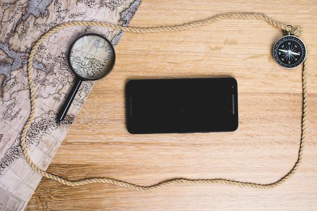 Composição com telefone celular e objetos de viagem