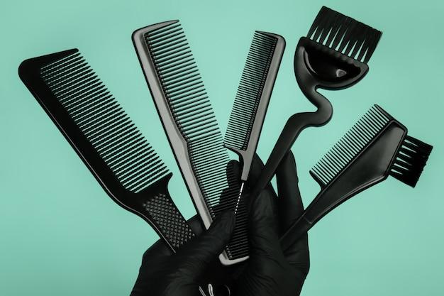 Composição com tesoura e outros acessórios para cabeleireiro