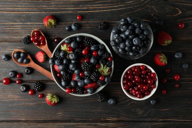 Composição com tigelas de várias frutas frescas