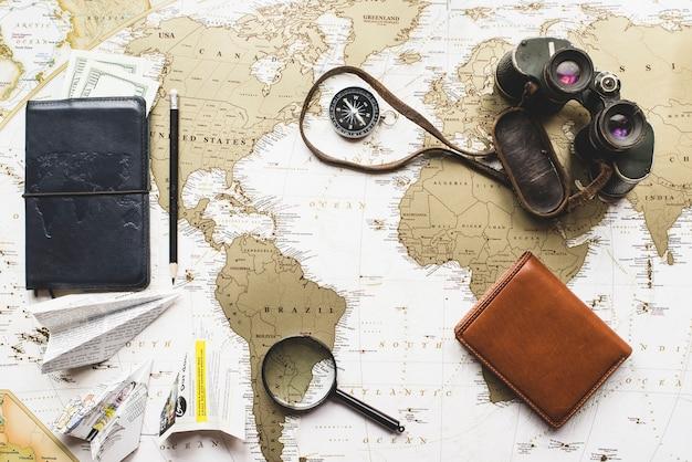 Composição com variedade de objetos de viagem e mapa do mundo