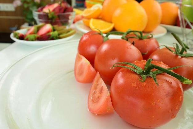 Composição com variedade de vegetais e frutas orgânicas.