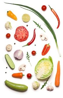 Composição com vegetais crus isolados no branco.
