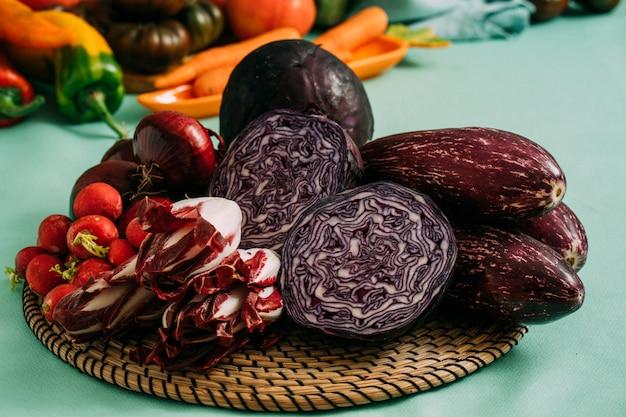 Composição com vegetais orgânicos roxos crus sortidos. dieta de desintoxicação
