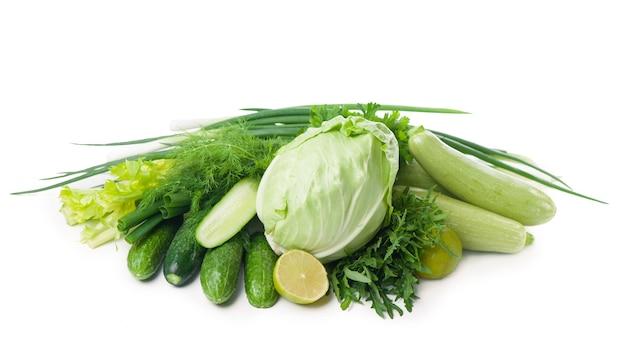 Composição com vegetais verdes suculentos crus isolados no branco