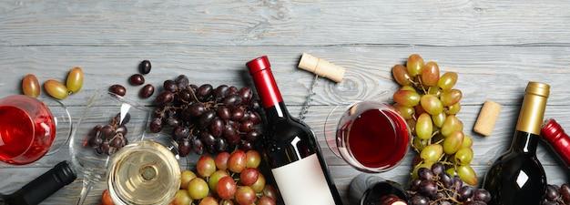 Composição com vinho e uva em fundo de madeira, espaço para texto