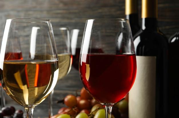 Composição com vinho e uva em fundo de madeira