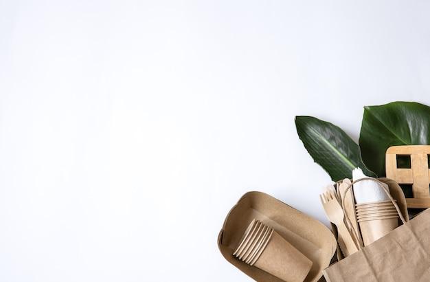 Composição com vista superior de papel descartável. talheres descartáveis ecológicos. o conceito de salvar o planeta, a rejeição do plástico.