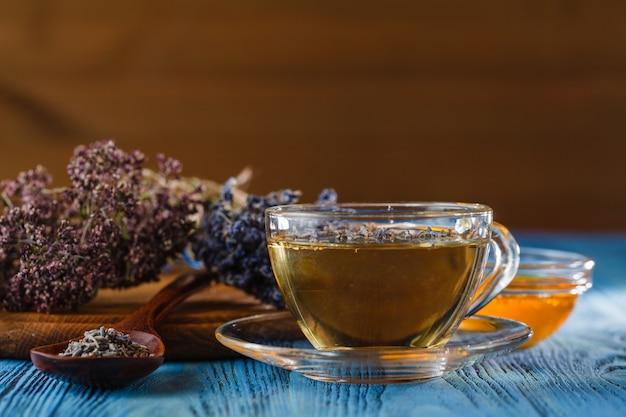 Composição com xícara de chá e tigelas de folhas de chá.