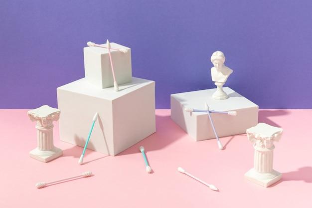 Composição criativa com cotonetes e pódios de silicone reutilizáveis