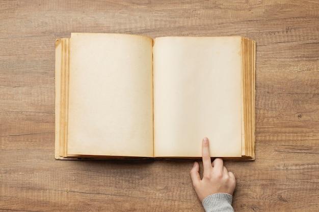 Composição criativa com livro antigo