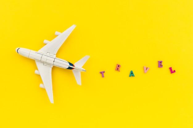 Composição criativa com um avião de brinquedo e inscrição de verão. conceito de viagens de férias
