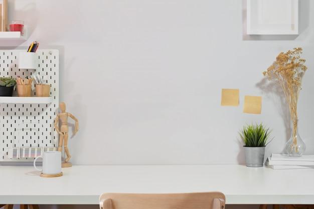 Composição criativa da mesa do espaço de trabalho no interior branco.