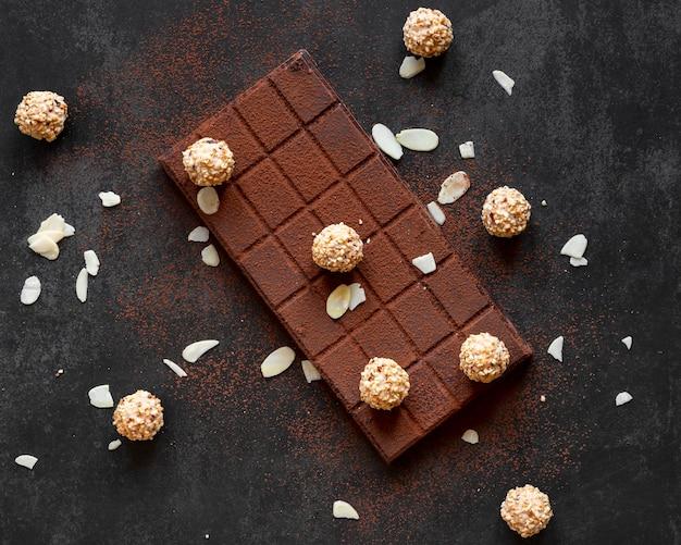 Composição criativa de chocolate em fundo escuro
