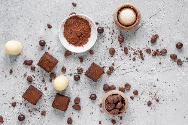 Composição criativa de chocolate na luz de fundo