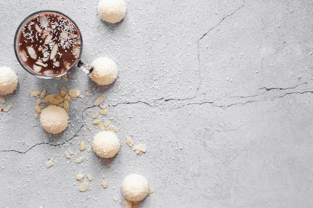 Composição criativa de deliciosos produtos de chocolate com espaço de cópia
